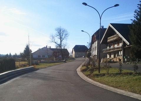 Rue après réaménagement paysager.